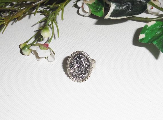 Bague originale cabochon avec pierre facon pyrite sur anneau réglable