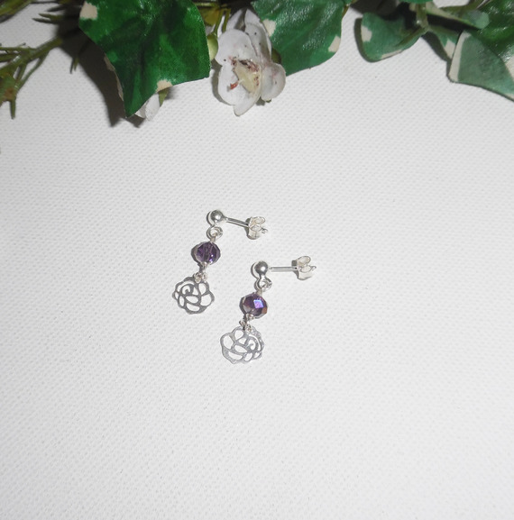 Boucles d'oreilles avec petites roses et perles en cristal prune sur clous en argent 925
