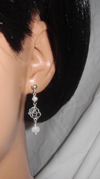 Boucles d'oreilles avec rose et perles en cristal blancsur clous en argent 925
