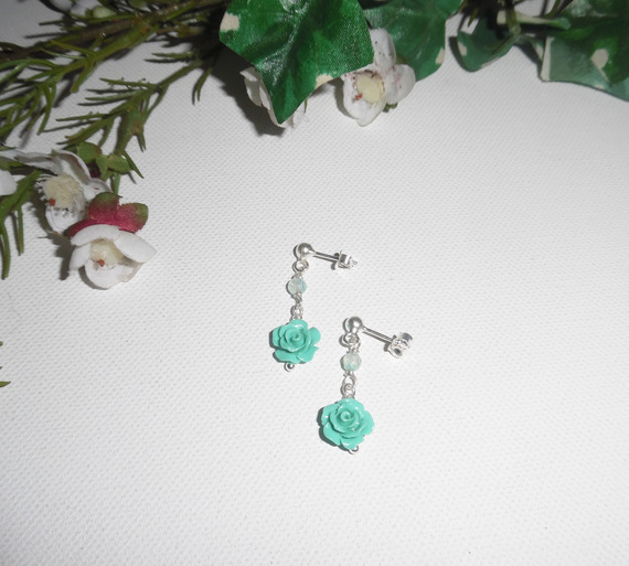 Boucles d'oreilles avec roses en gorgone sculptées vertes et agates sur clous en argent 925