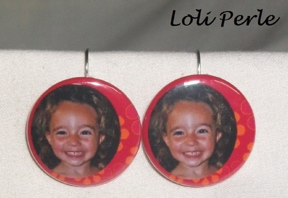 Boucles d'oreilles avec la photo de votre choix sur fond rouge fleuri