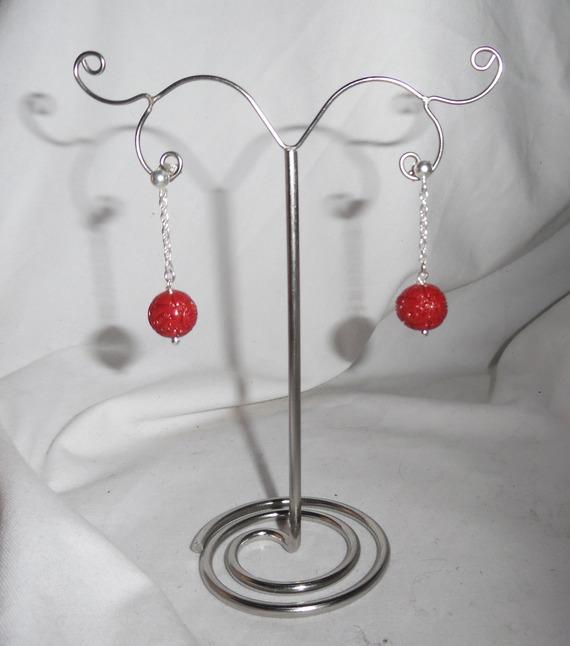 Boucles d'oreilles en perle de gorgone sculptée et chaine sur clous en argent 925