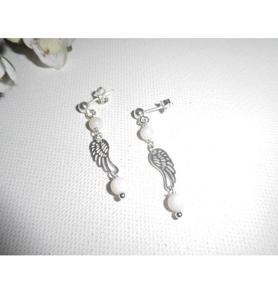 Boucles d'oreilles en perle de nacre avec aile sur clous en argent 925