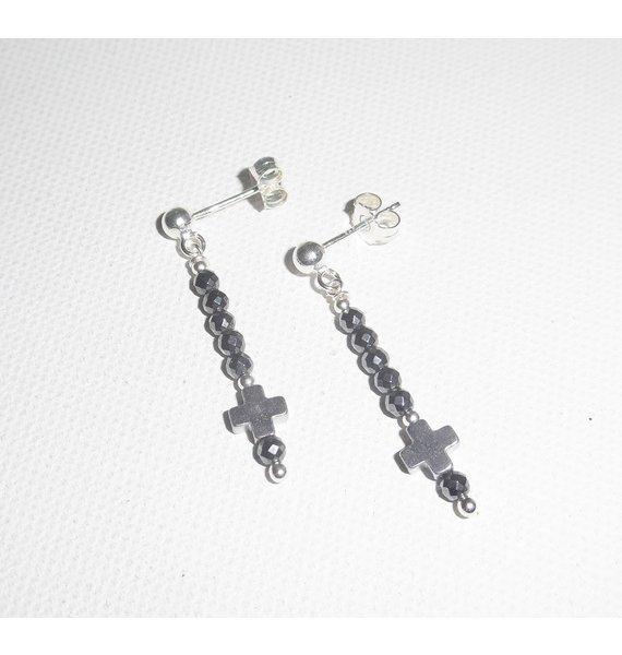 Boucles d'oreilles en pierres d'hématite avec petite croix sur clous en argent 925