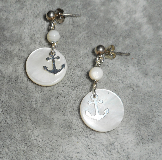 Boucles d'oreilles encre marine et nacre sur dormeuses en argent 925