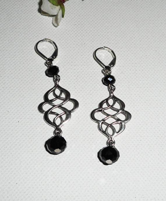 Boucles d'oreilles motif noeud celtique avec perles en cristal de bohème noir sur dormeuses argent