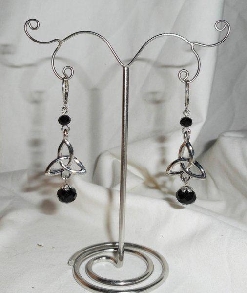 Boucles d'oreilles motif triangle celtique avec perles en cristal de bohème noir sur dormeuses argent