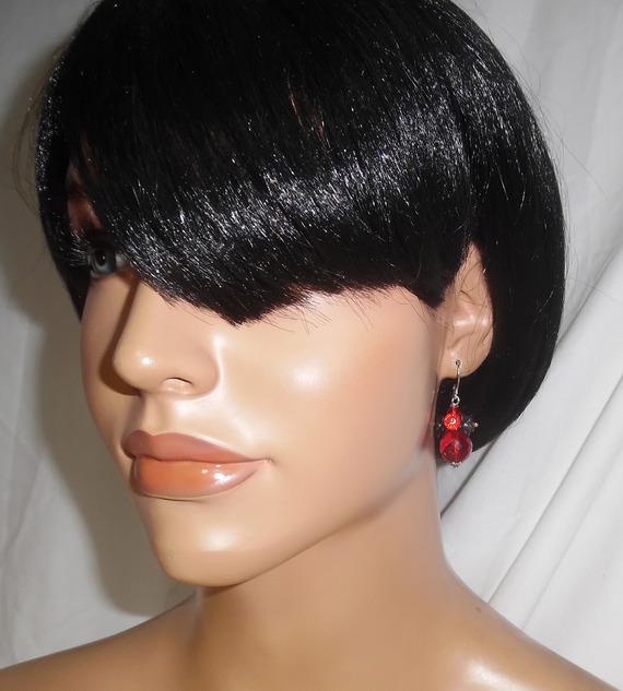 Boucles d'oreilles originales fleurettes noires avec perles en cristal rouge