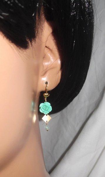 Boucles d'oreilles rose sculptée avec petites agates sur plaqué or
