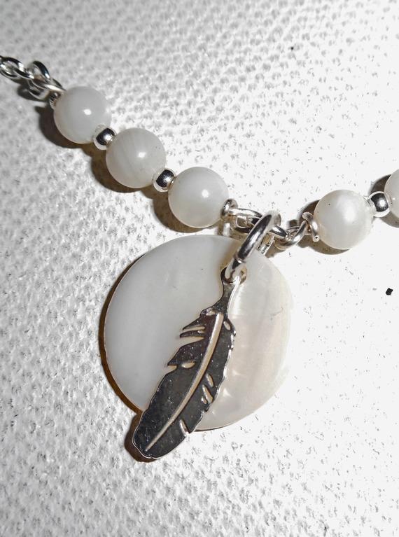 Bracelet/chaine de cheville originale avec plume palet de nacre et  perles sur argent 925