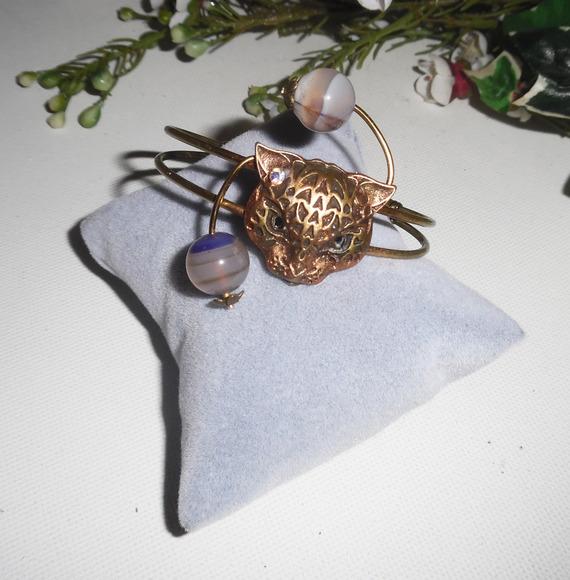 Bracelet en métal soudé avec tigre et pierres en agate sur fil bronze