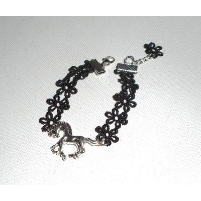 Bracelet original avec cheval en métal argent sur dentelle noire