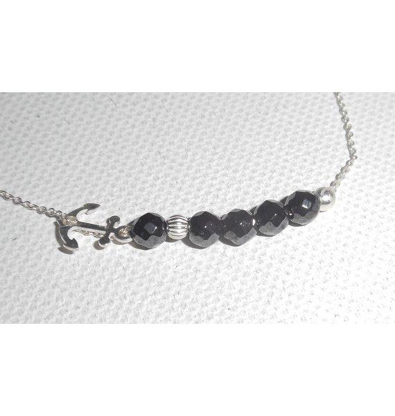 Bracelet original encre marine et petites perles en pierres d'hématite sur chaine fine en argent 925