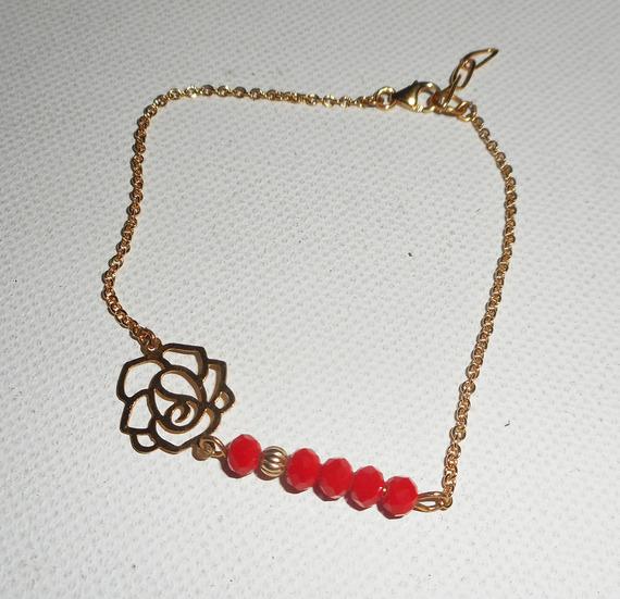 Bracelet rose en filigrane avec cristal de bohème rouge sur chaine plaqué or