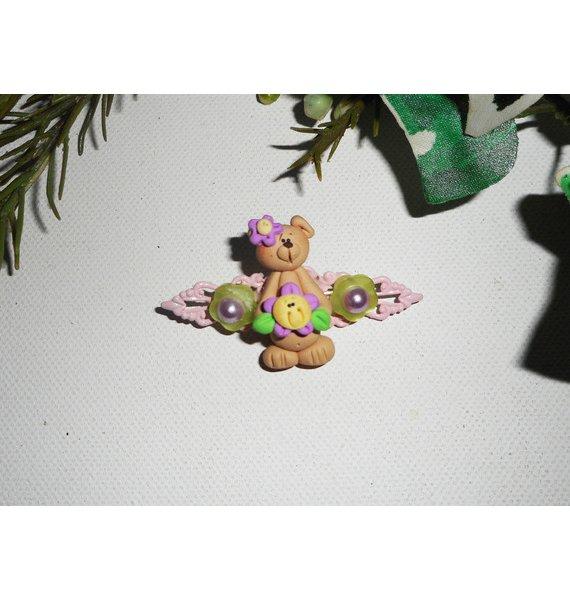 Broche avec ourson et fleur mauve sur estampe rose