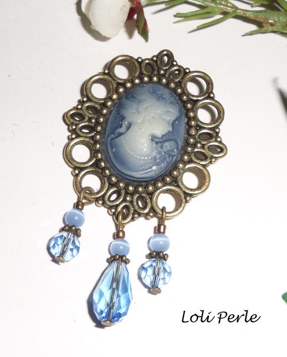 Broche camé avec perles cristal bleu sur cadre bronze