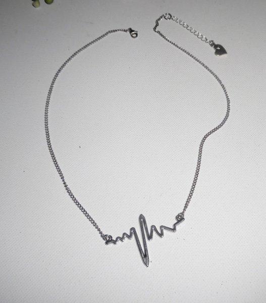 """Collier avec électrocardiogramme, """"son dernier battement de coeur"""""""