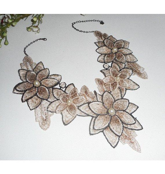 Collier broderie avec fleurs ivoire et perles en verre nacré