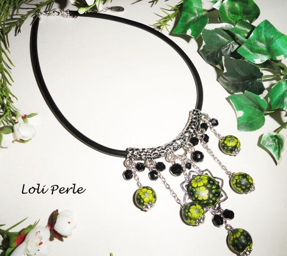 Collier cabochons  en argile et perles fleuris avec cristal noir