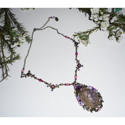 Collier camé serti de cristal violet rose sur chaine bronze