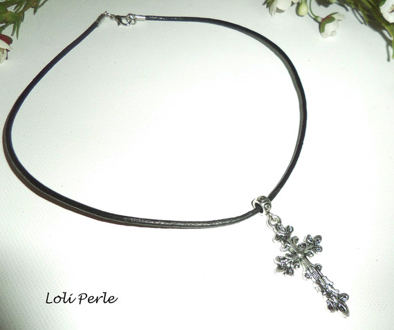 Collier cuir noir avec pendentif  croix fleurie en argent sur cordon de cuir noir
