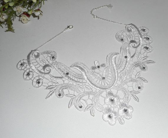 Collier de Cérémonie grande dentelle blanche motif floral et arabesque avec cristal de Swarovski sur chaine argent