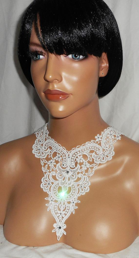 Collier de Cérémonie dentelle blanc motif fleurs avec cristal de Swarovski