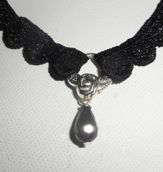 Collier en dentelle noire avec goutte en cristal de bohème