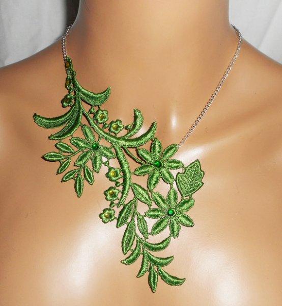 Collier en fine broderie verte motif fleur avec cristal  sur chaine argent