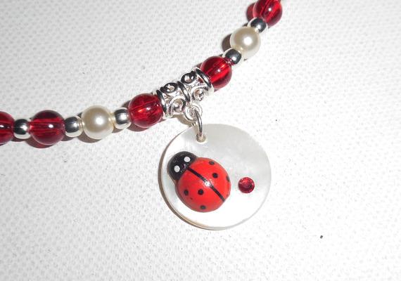 Collier enfant avec coccinelle rouge sur nacre et perles de verre rouge et blanc