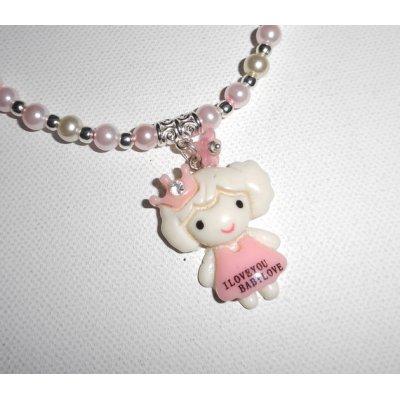 Collier enfant avec personnage en résine et perles de verre rose et blanc nacré