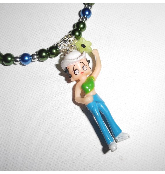 Collier enfant avec personnage betty en résine et perles de verre bleu et vert