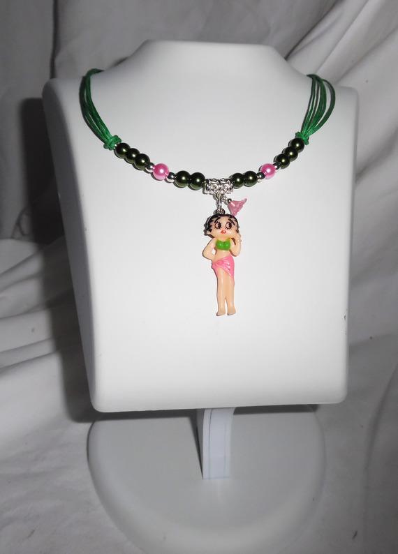 Collier enfant avec personnage betty en résine et perles de verre  vert