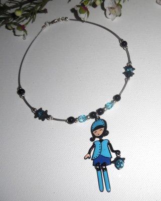 Collier enfant poupée bleue en émail avec perles de verre et cristal sur cable argent