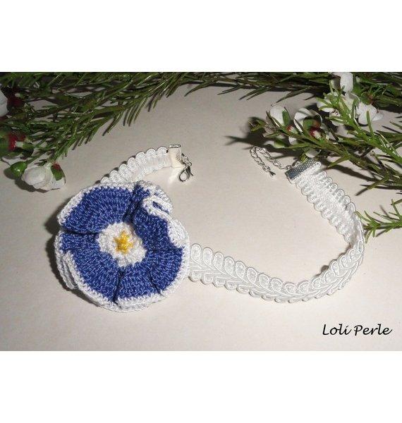 Collier fleur bleu au crochet sur galon blanc fantaisie
