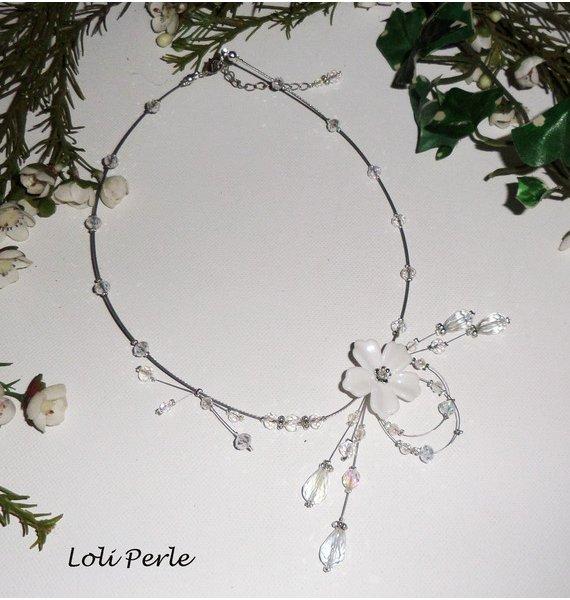 Collier floral blanc avec perles  en cristal sur fil cablé