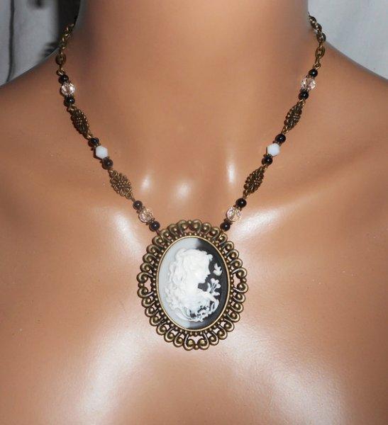 Collier grand camé noir et blanc avec perles de cristal et verre sur chaine bronze