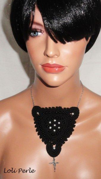 Collier noir crocheté avec perles brodées et croix