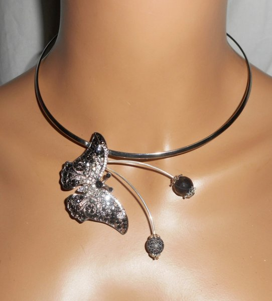 Collier original en métal soudé avec papillon gris serti de cristal et pierres en agate
