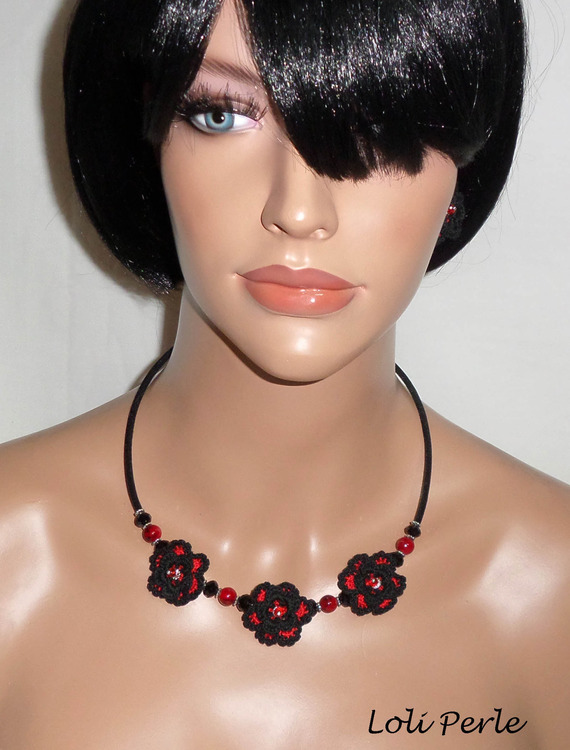 Collier original fleurs crochetées noires et rouges avec cristal et perles de verre