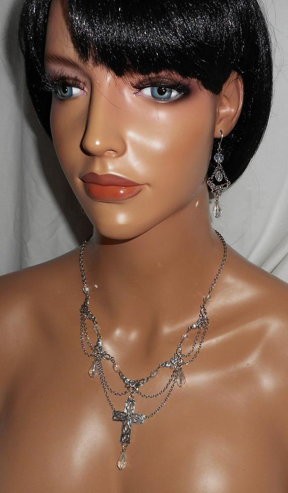 Collier originale avec perles en cristal de bohème jeu de chaine et croix argent