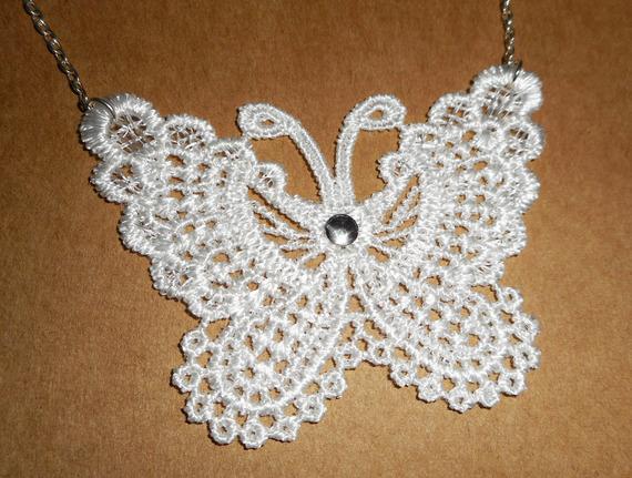 Collier papillon blanc en fine broderie sur chaine argent