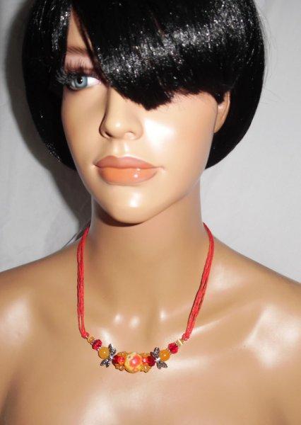 Collier perle fleurie rouge orange avec perles en cristal sur cordon en coton ciré