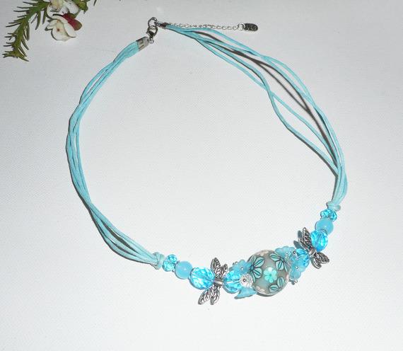 Collier perle fleurie bleu avec perles en cristal sur cordon en coton ciré
