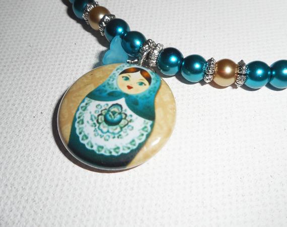 Collier poupée russe avec perles de verre bleu nacré  sur cordon en soie