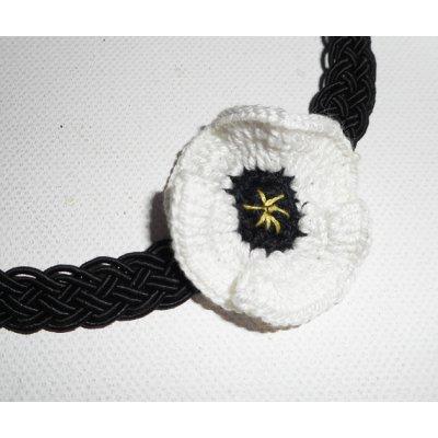 Collier ras de cou coquelicot blanc au crochet sur cordon tressé noir