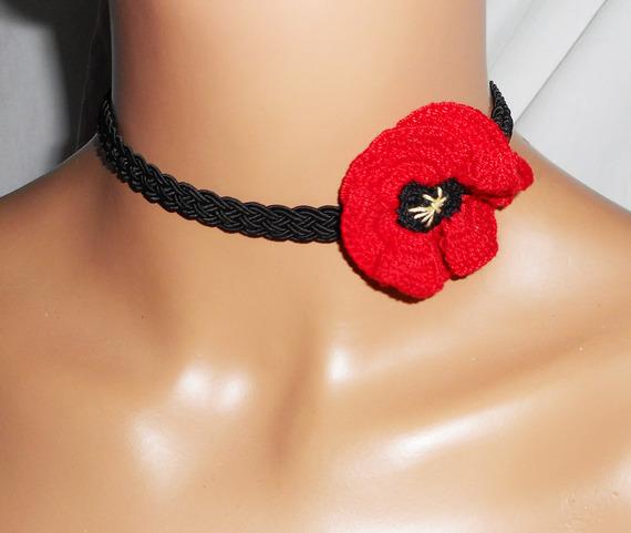 Collier ras de cou  coquelicot rouge au crochet sur cordon tréssé