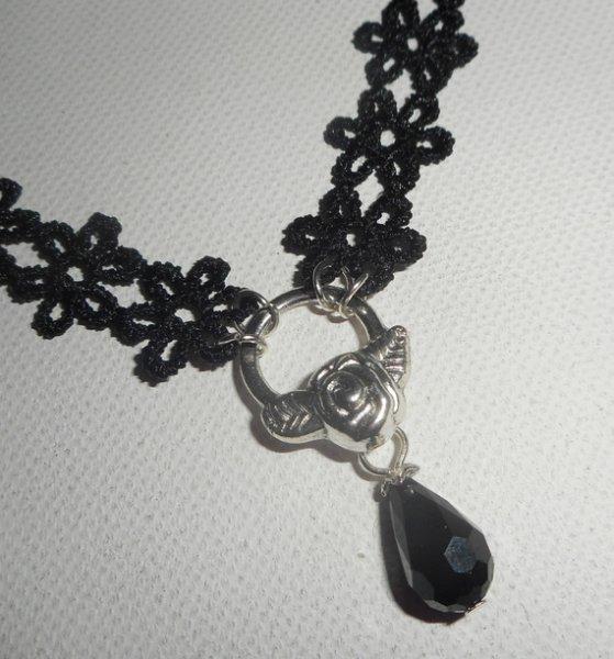 Collier ras de cou en dentelle noire motif fleurs avec goutte en cristal de bohème