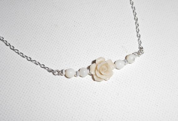 Collier rose sculptée en gorgone avec perles en nacre sur chaine argent 925