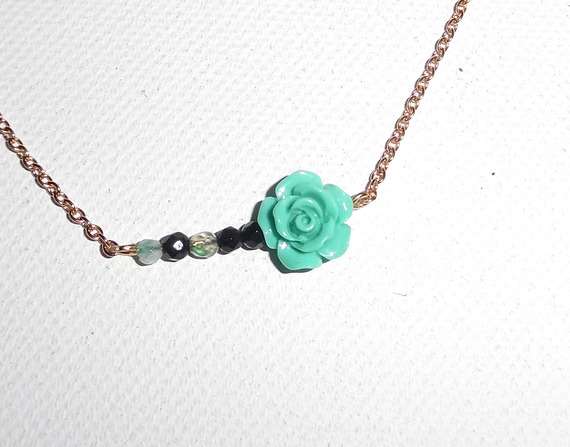 Collier rose sculptée en gorgone turquoise avec petites agates sur chaine plaqué or